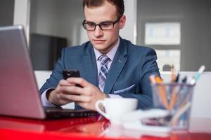 junger Geschäftsmann, der im hellen Büro arbeitet. foto