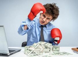 Sieg im Geschäft - Geschäftskonzept zeigt aggressiven Mann foto
