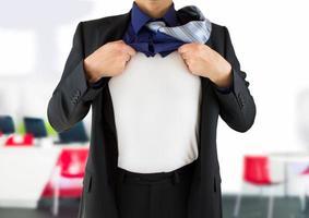Geschäftsmann zeigt seine geheime Identität