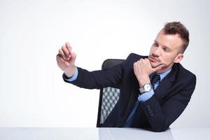 nachdenklicher Geschäftsmann schreibt mit Kreide foto
