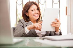 Social Networking mit einem Tablet foto
