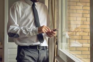 Geschäftsmann tippt mobiles Smartphone an foto