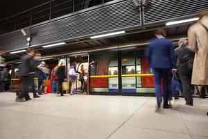 Unschärfe Bewegung Leute in der Hauptverkehrszeit Bahnhof, London, Großbritannien
