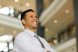Geschäftsmann mittleren Alters im modernen Büro foto