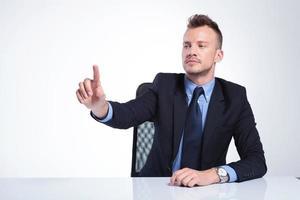 Geschäftsmann drückt imaginären Knopf foto