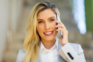 Geschäftsfrau spricht auf Smartphone foto