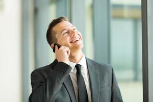 Geschäftsmann, der auf dem Handy spricht foto