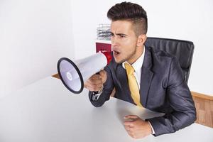 Geschäftsmann schreit mit einem Megaphon foto