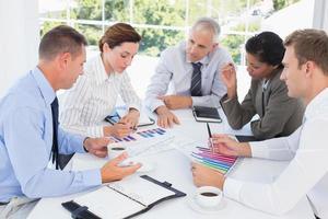 Geschäftsteam analysiert Balkendiagramme foto