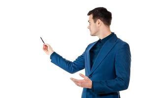 stilvoller junger Geschäftsmann, der eine Präsentation tut foto