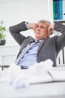 gestresster Geschäftsmann, der seine Ohren bedeckt foto