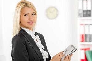 Geschäftsfrau mit Ordner foto