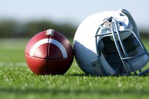 Fußball und Helm auf dem Feld foto