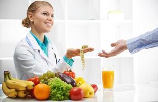 Ernährungsberater mit Patient