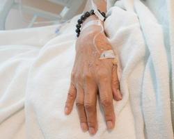 iv Lösung in der Hand eines Patienten foto