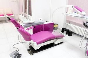 Innenausstattung der Zahnklinik mit Stuhl und Ausstattung foto