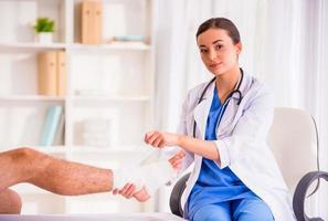 Verletzungsmann im Arzt foto
