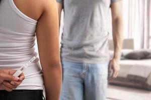 Schwangerschaftstest vor Ehepartner verstecken foto