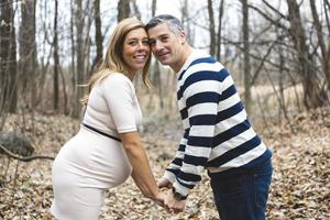 schönes Porträt des schwangeren Paares im Freien in der Herbstnatur foto