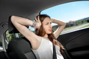 junge traurige Frau schreit das Auto an foto