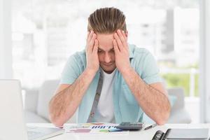 gestresster Geschäftsmann, der sein Gesicht bedeckt foto