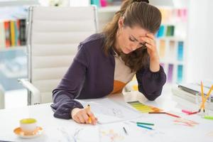 betroffener Modedesigner im Büro foto