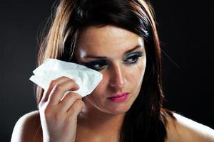 verletzte Frau weint, verschmiertes Make-up