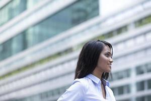 Porträt der indischen Geschäftsfrau außerhalb. foto