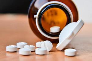 Pillen und Flasche. foto
