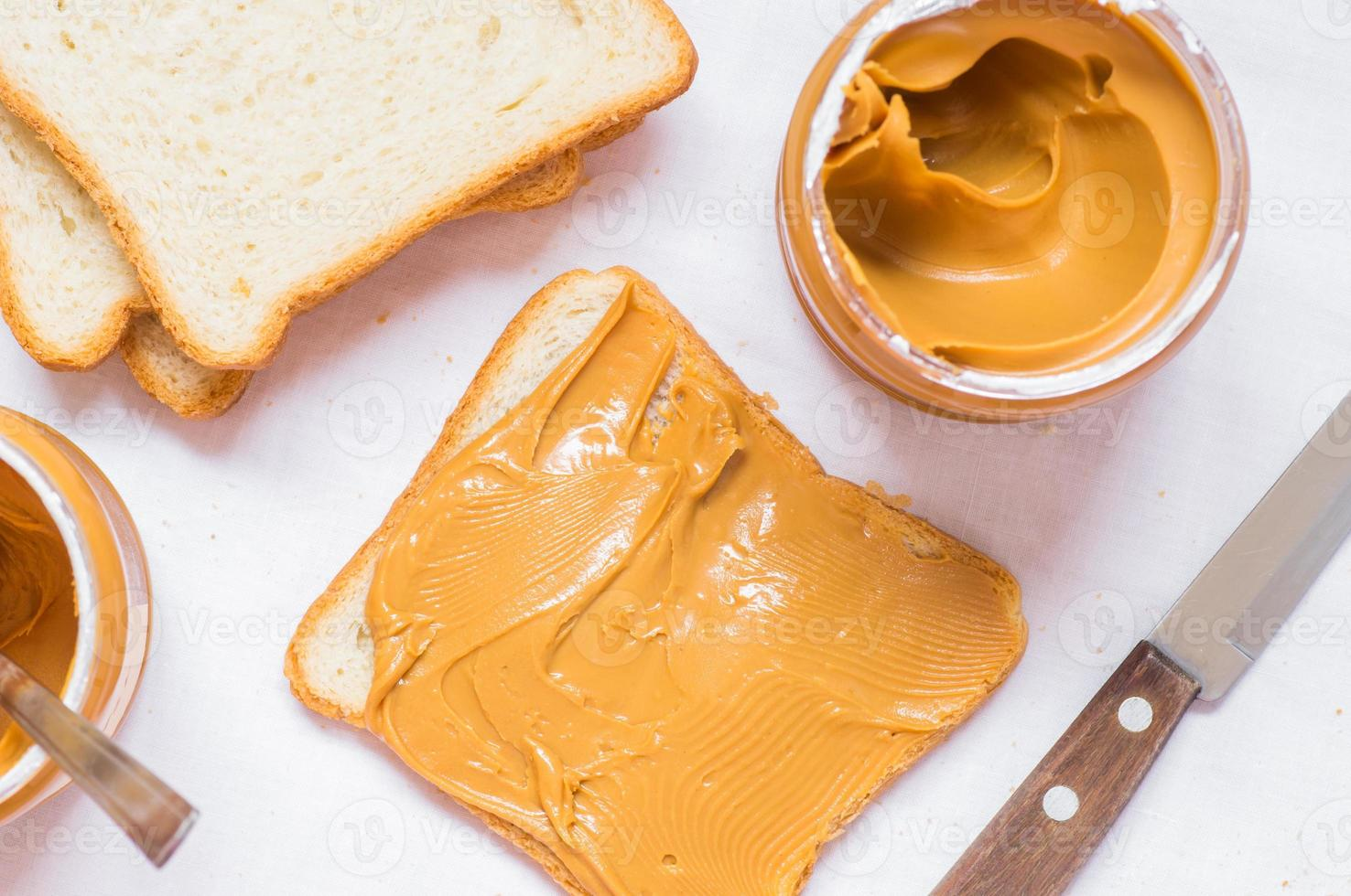 smörgås med jordnötssmör foto