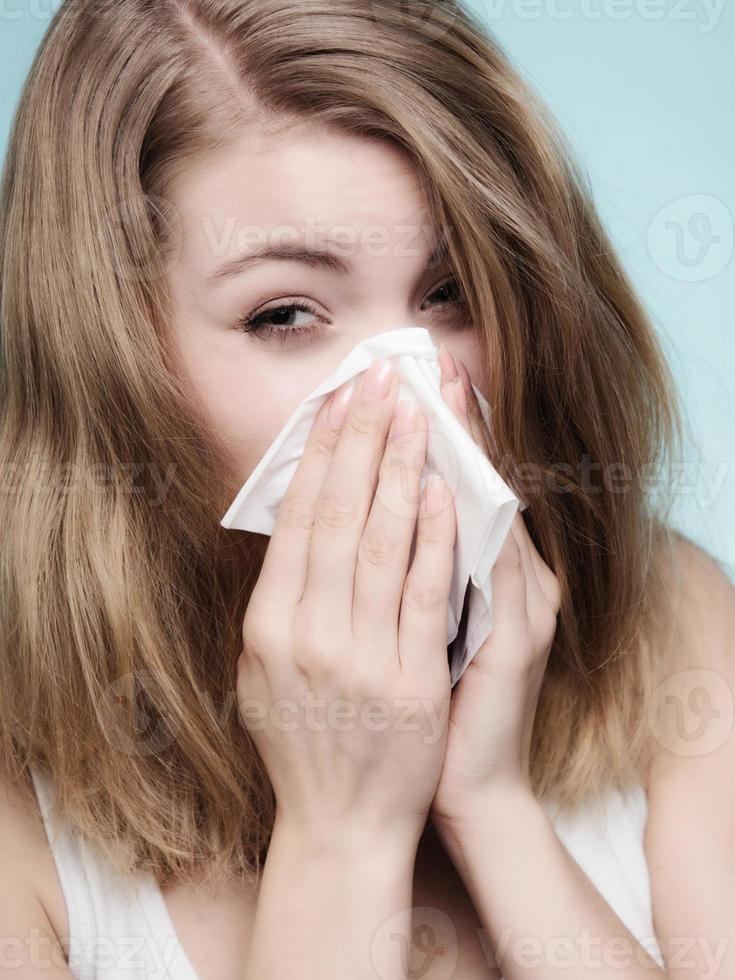 influensaallergi. sjuk tjej som nysar i vävnaden. hälsa foto