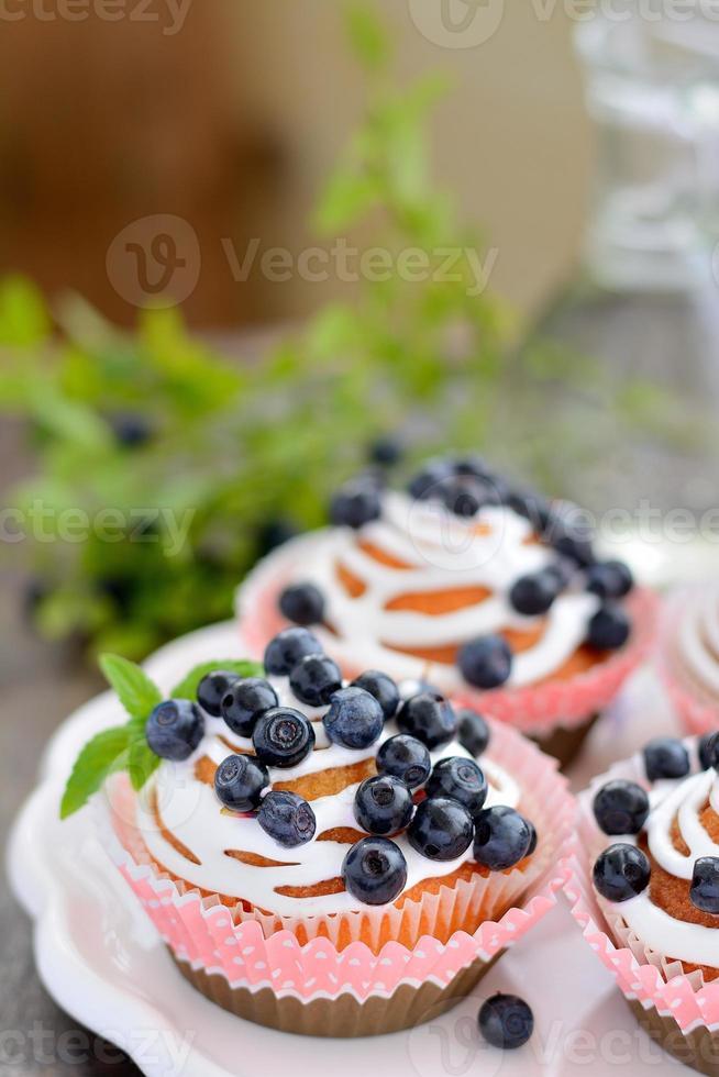 hemlagade muffins med glasyr och blåbär foto