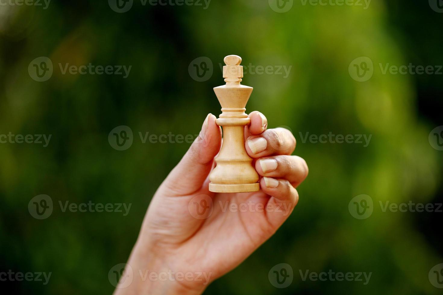 hand som håller schackkung foto