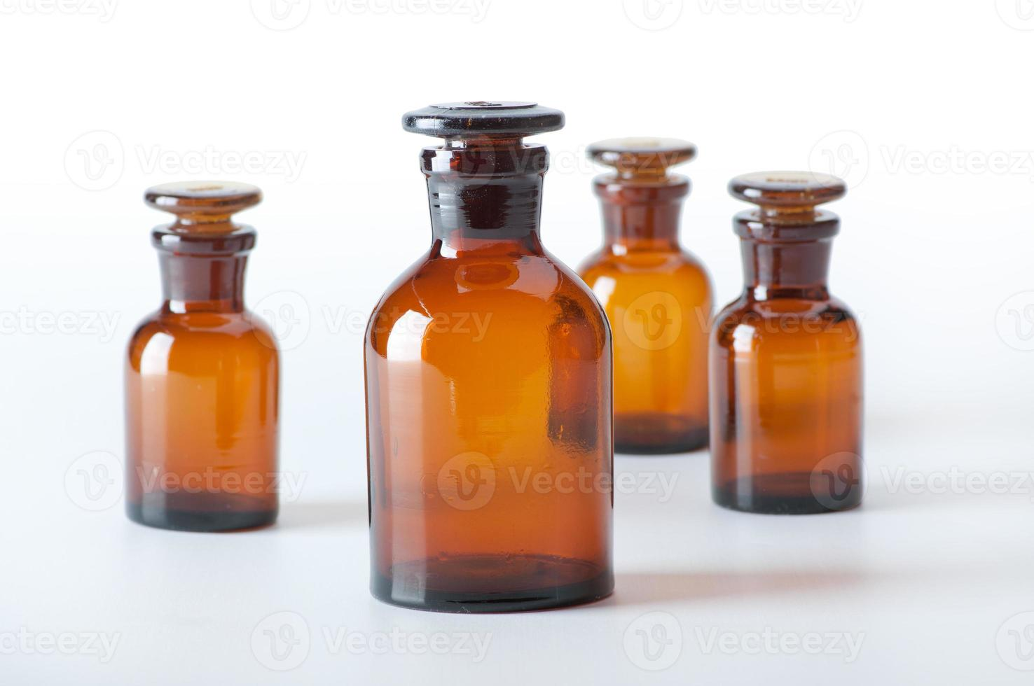 små kemiska glasflaskor foto