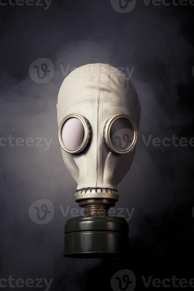 gasmask med rök på en mörk bakplats foto