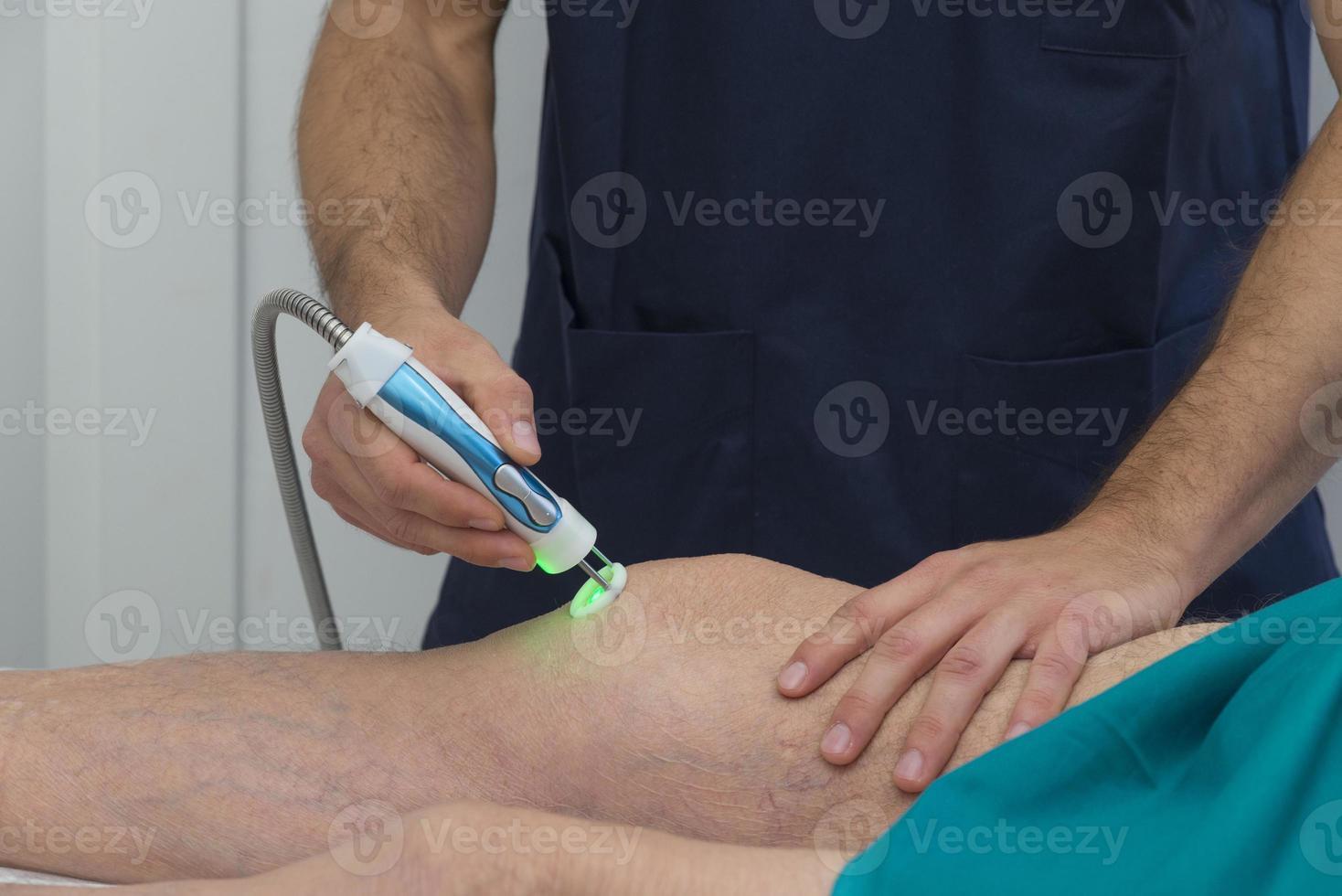 fysioterapeut hjälper patientens knä vid rehabilitering foto
