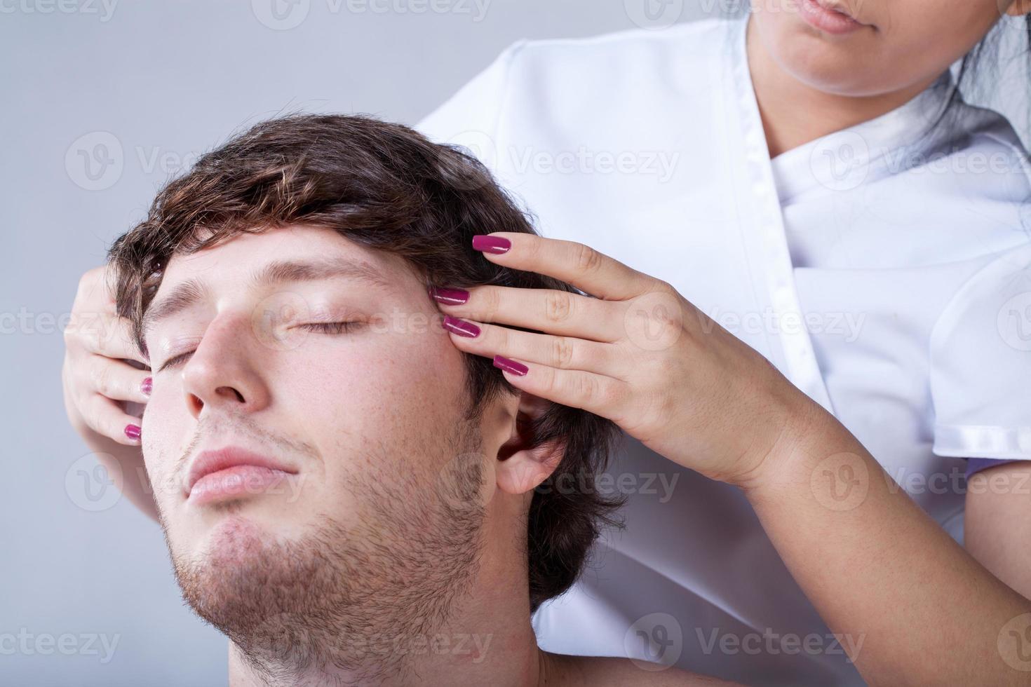 man med tempelmassage foto