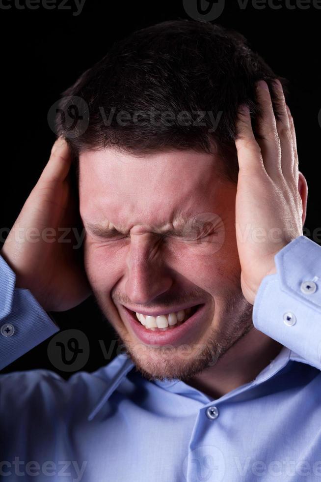 närbild av man med huvudvärk foto