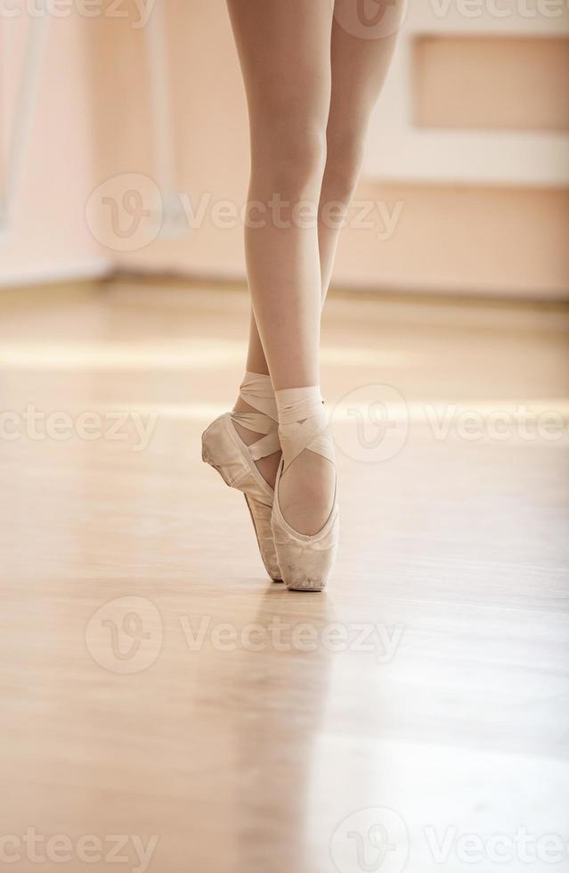 ben av ung ballerina foto