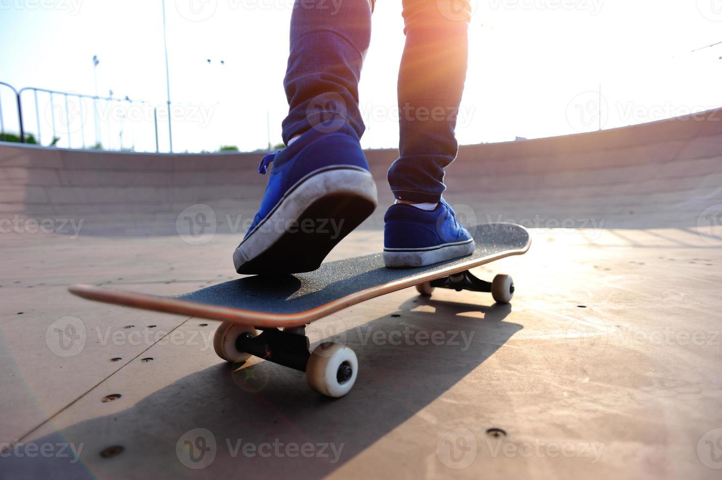 morgonsession av en skateboarder på skateparken foto