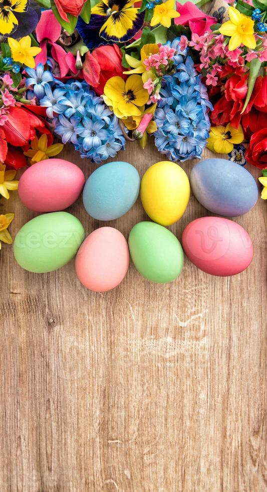 vårblommor och färgade ägg. påsk dekoration foto