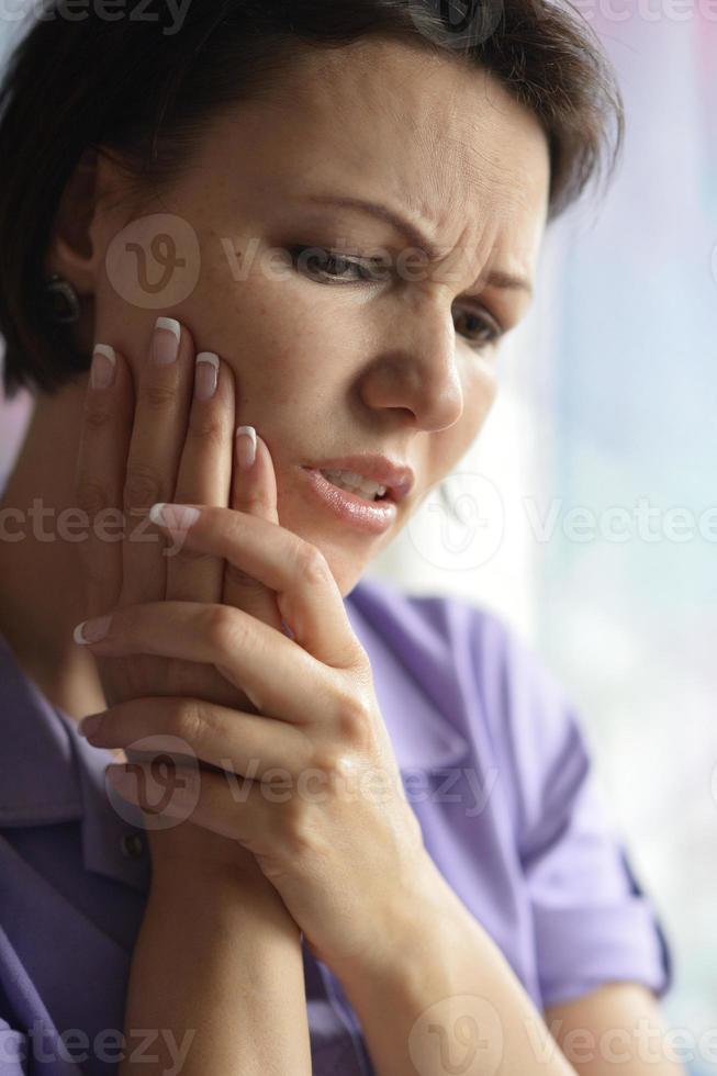 sjuk kvinna med tandvärk foto