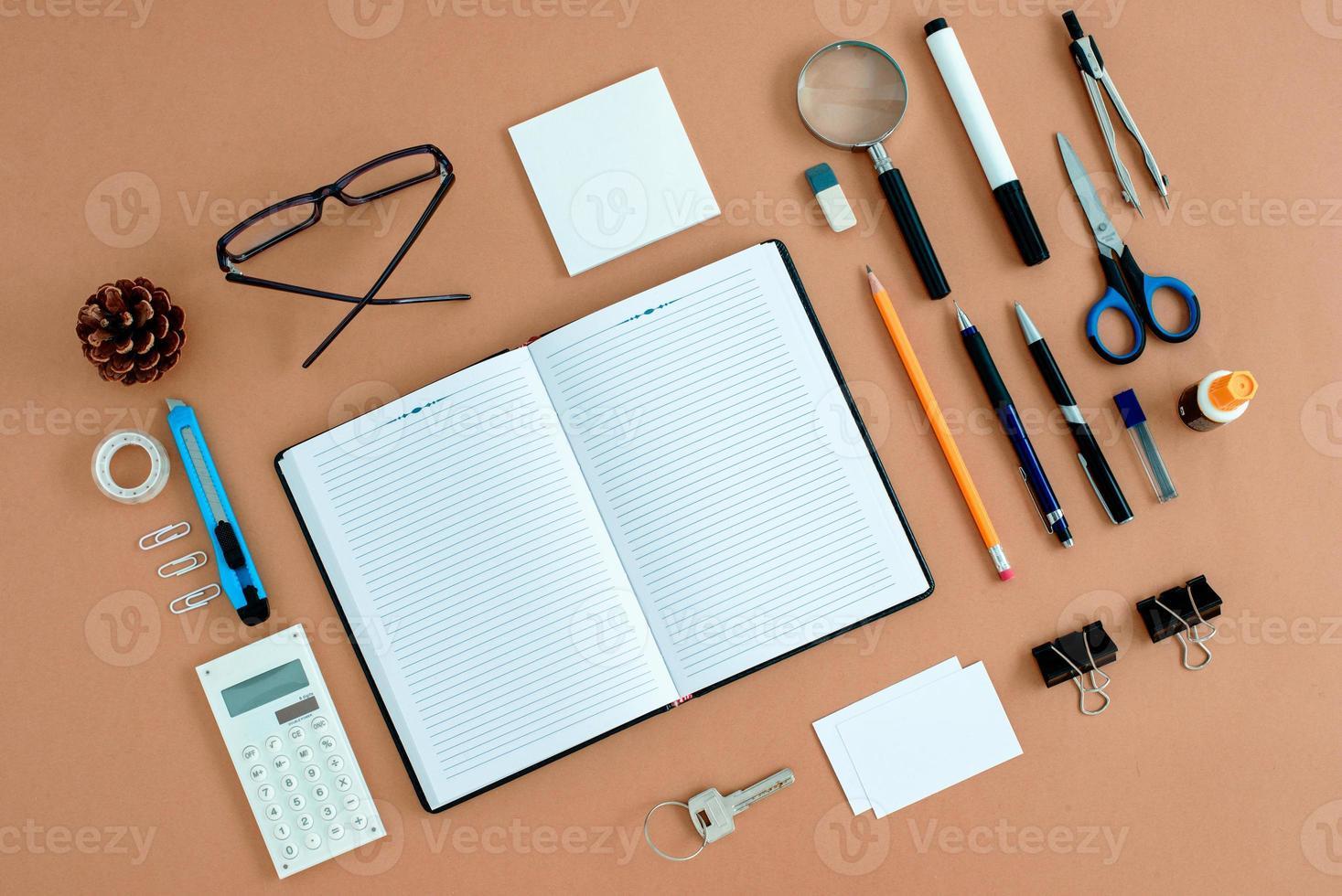 kontorstillbehör snyggt organiserade runt anteckningsboken foto