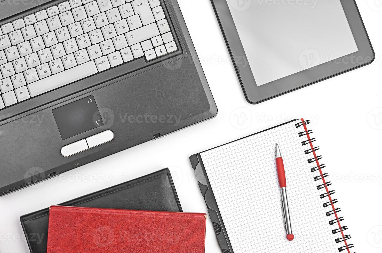 bärbar dator och kontorsmaterial på vit foto