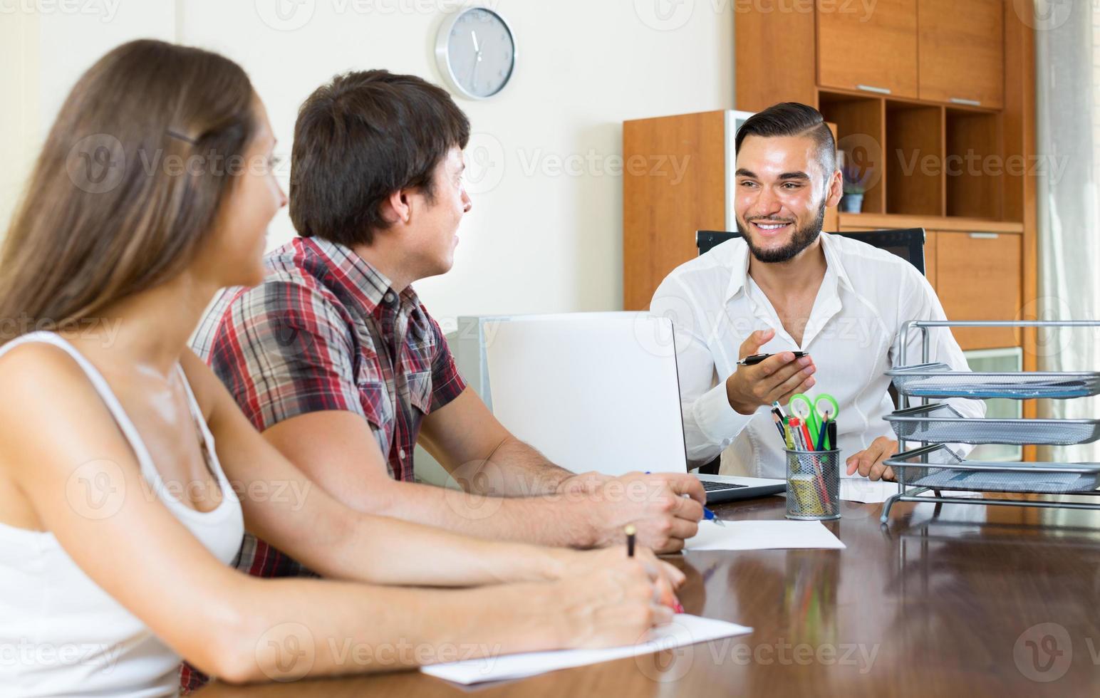 par undertecknar affärspapper på kontoret foto