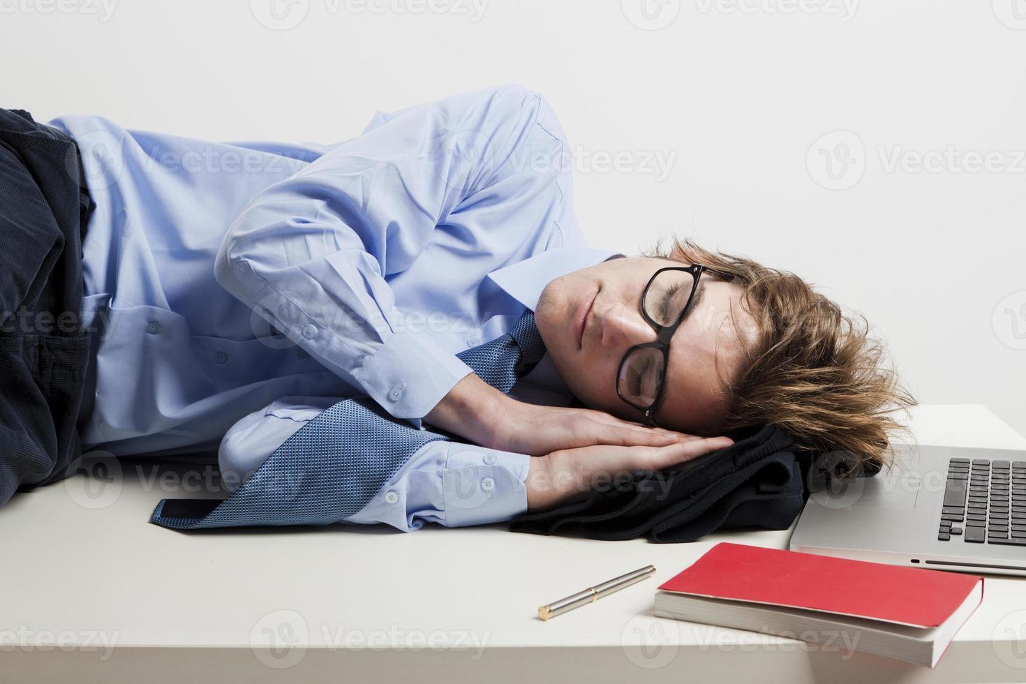 sover på kontoret foto