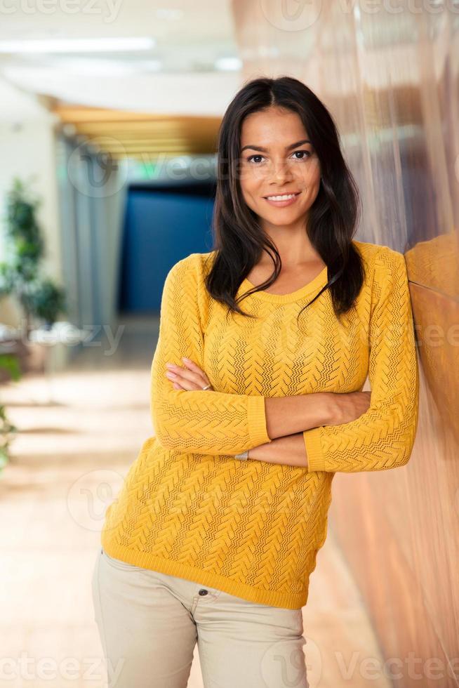 affärskvinna som står med armarna vikta i office foto