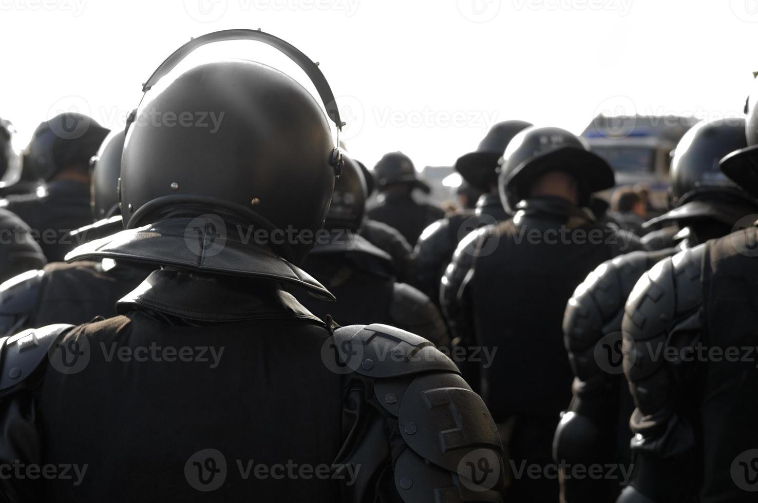 poliser i upploppsutrustning. foto