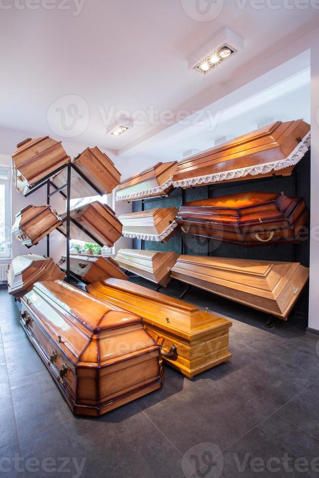 kistor i begravningsbyrån foto