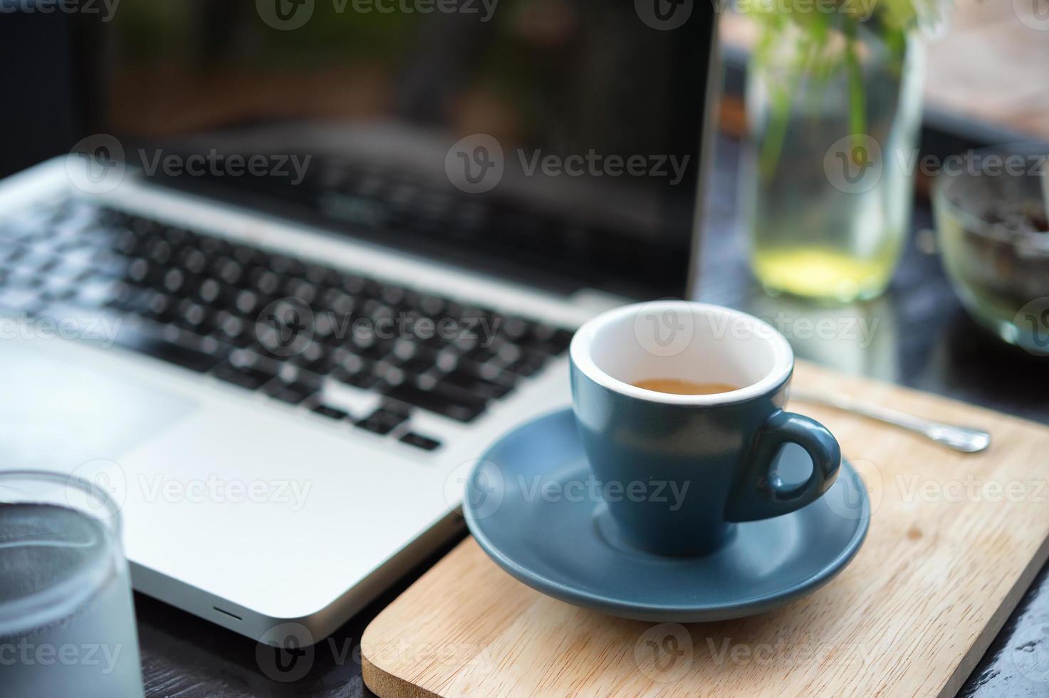 arbetstid. varmt kaffe, espesso med laptop. affärsidé foto